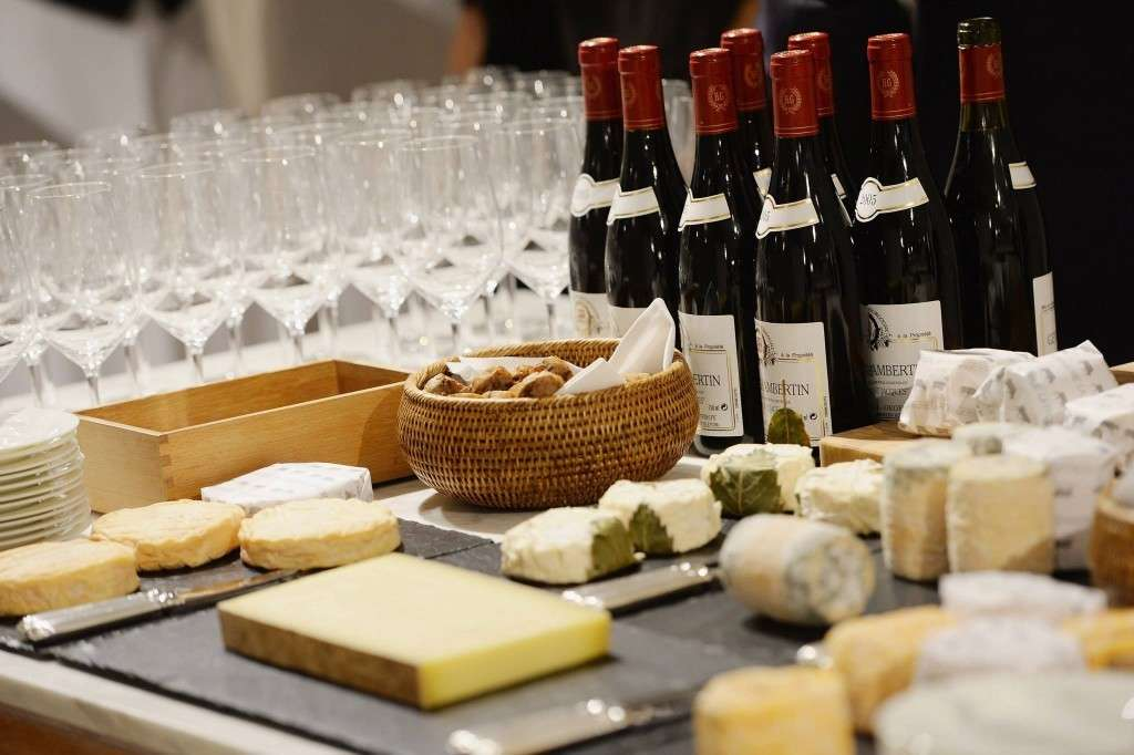 A-superb-Cheese-and-wine-offering-at-the-Samsung-event-in-store